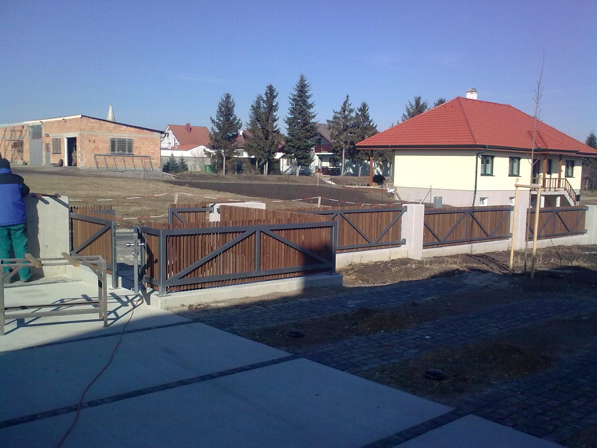 Zaun und Tor Konstruktion feuerverzinkt und Lack