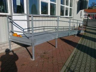 Bau von Rampen mit Geländer und Gitterroste, verzinkt