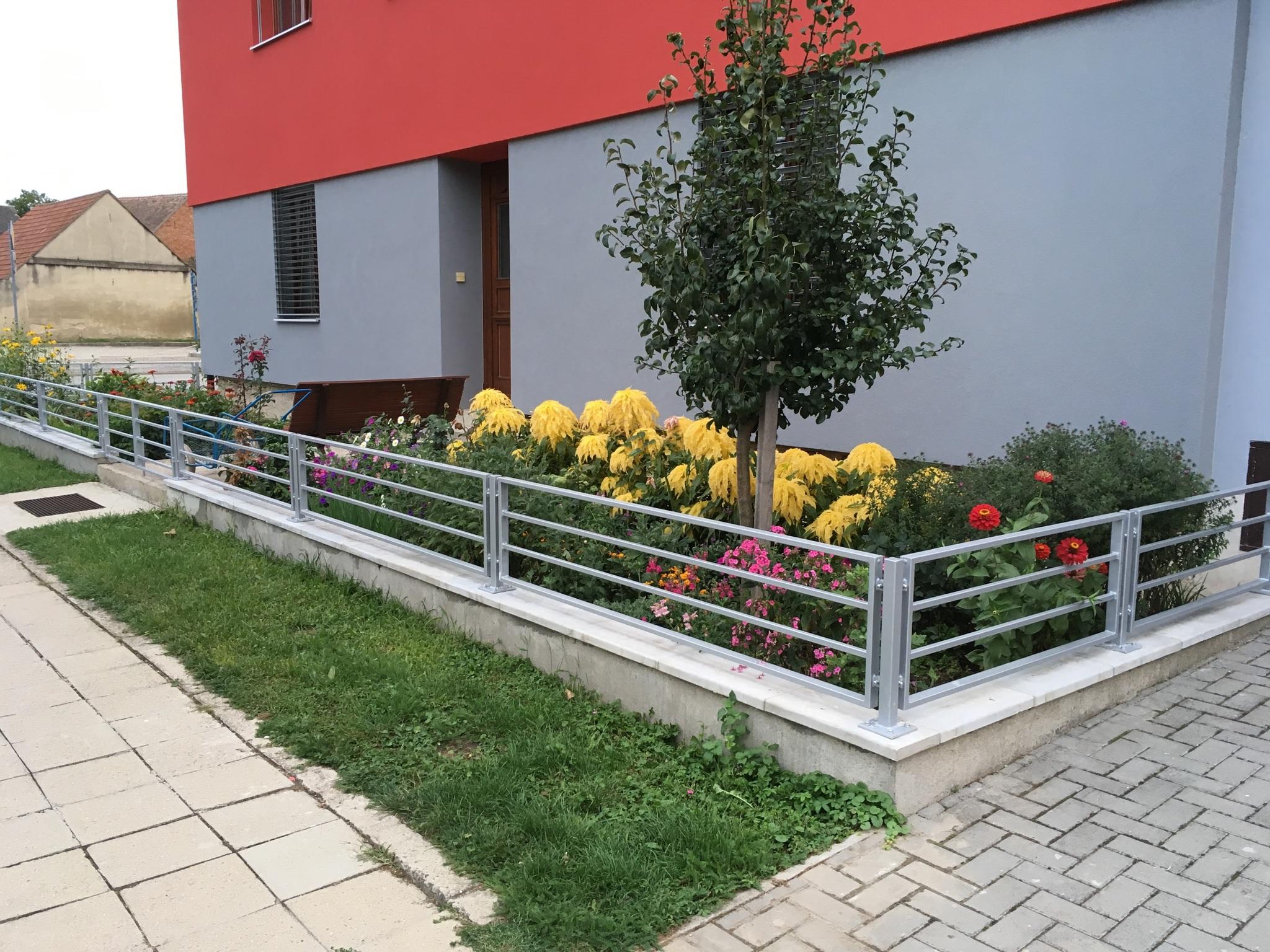 Zaunfelder und Tor, Zink und Farbe