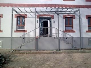 Konstrukce přístřešku a zábradlí, žárový zinek a prášková barva