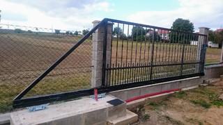Samonosná brána, částečně kované profily, žárový zinek, černá mat a patina