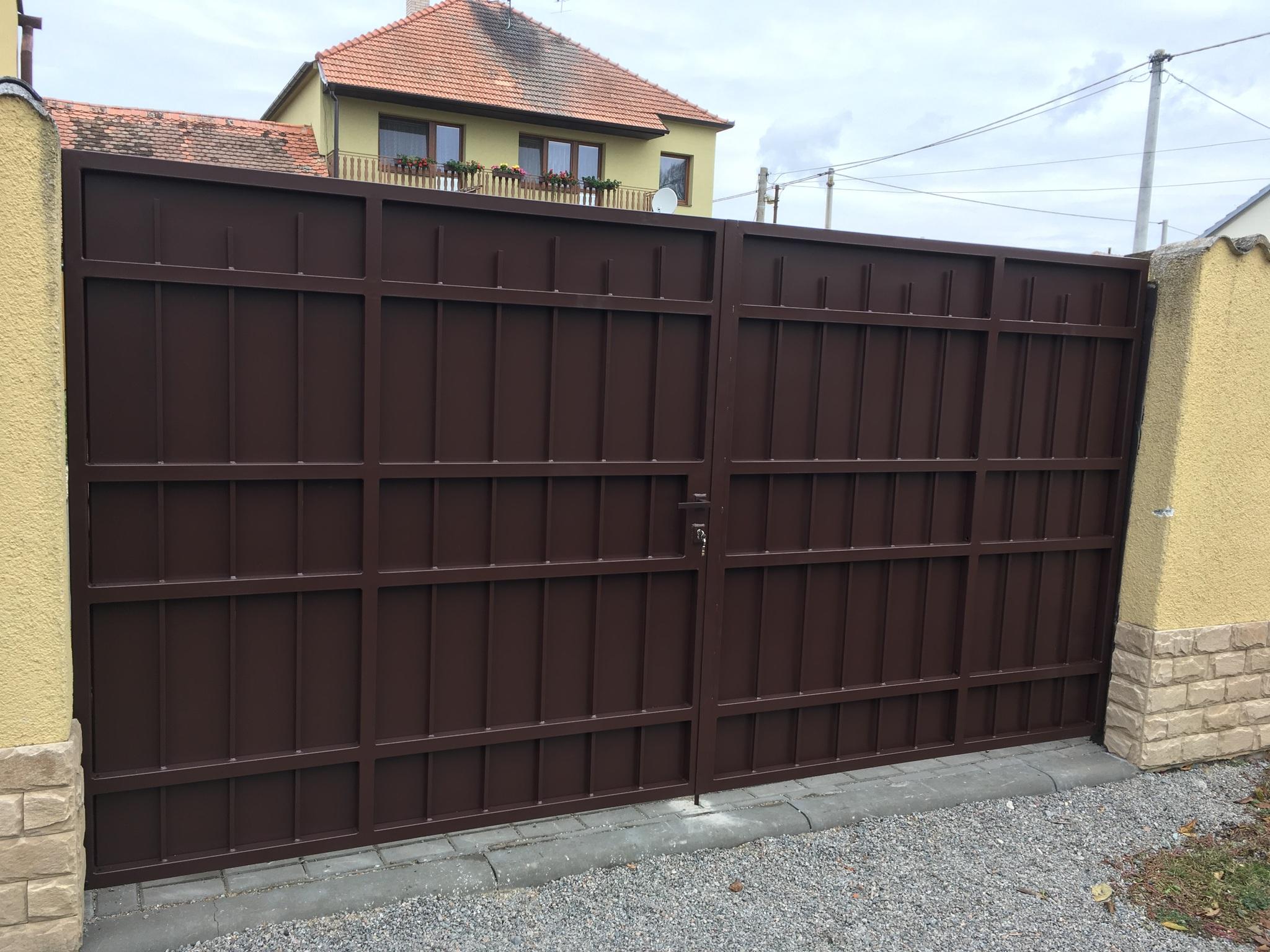 Brána, hladké profily, konstrukce žárový zinek, pozinkovaný plech a barva