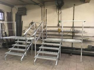 Konstrukce podesty a schodů se zábradlím, pororošty, žárový zinek