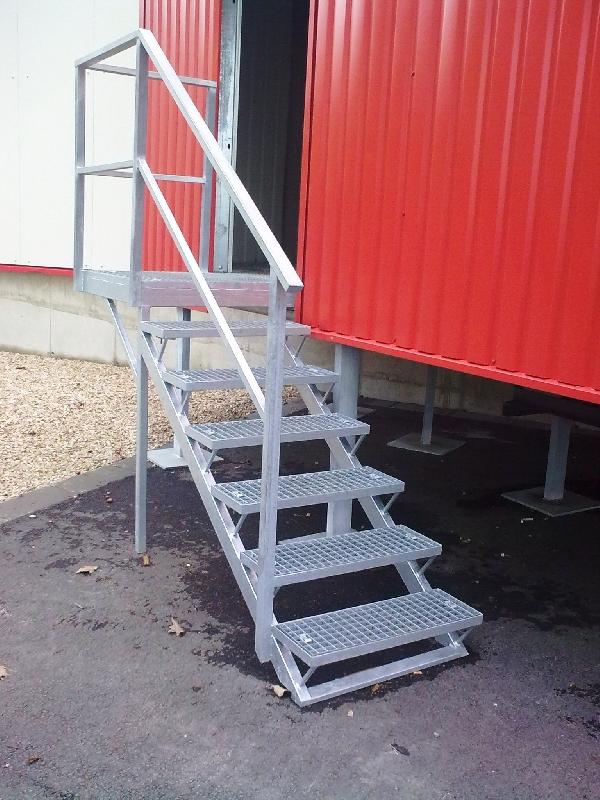Treppenhaus zur Rampe verzinkt und Gitterrosten