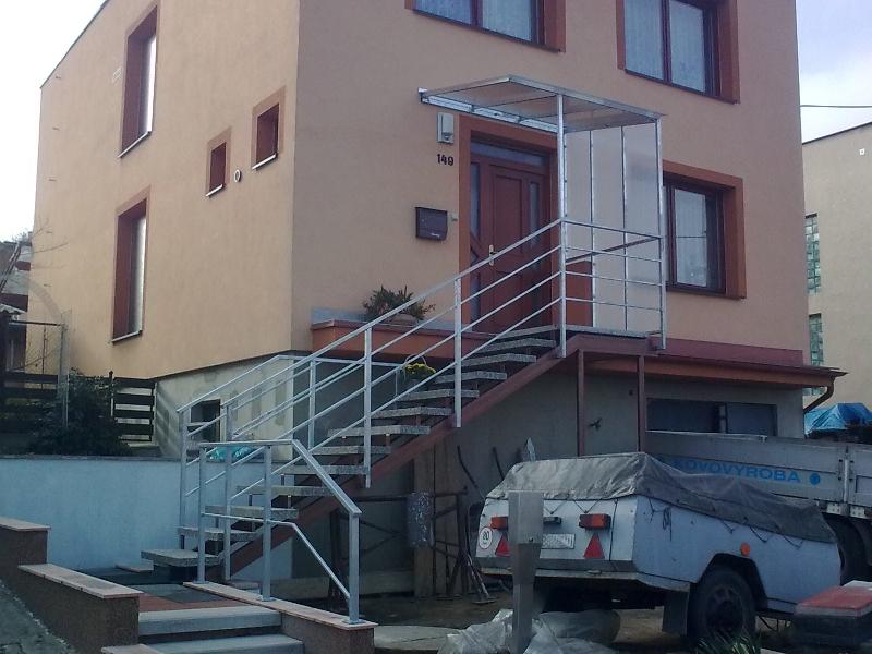 Geländer und Vordach feuerverzinkt