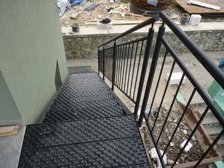 Treppen aus verzinktem und schwarz matte Farbe, verzinkt Laufflächen und pulverbeschichtet