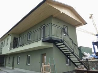 Treppen und Geländer verzinkt und schwarz matt Farbe