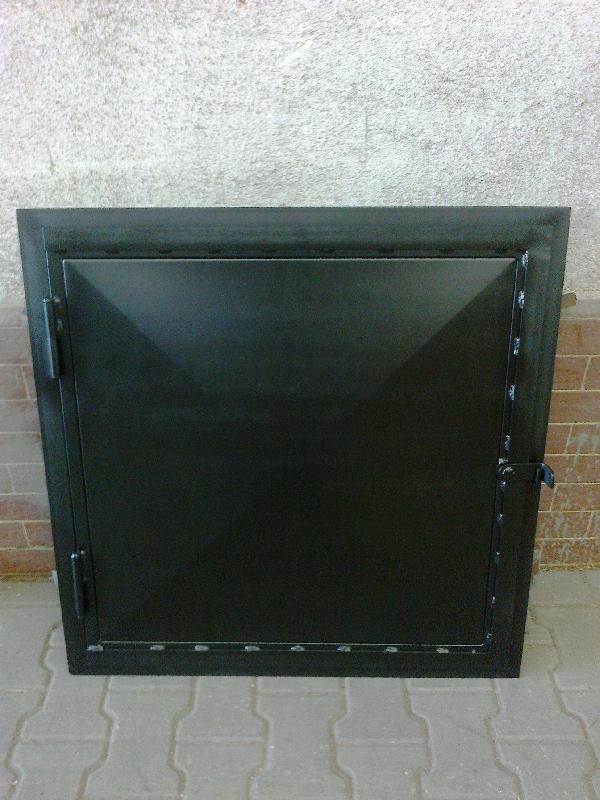 Die Tür zum Dachboden, schwarz matt.