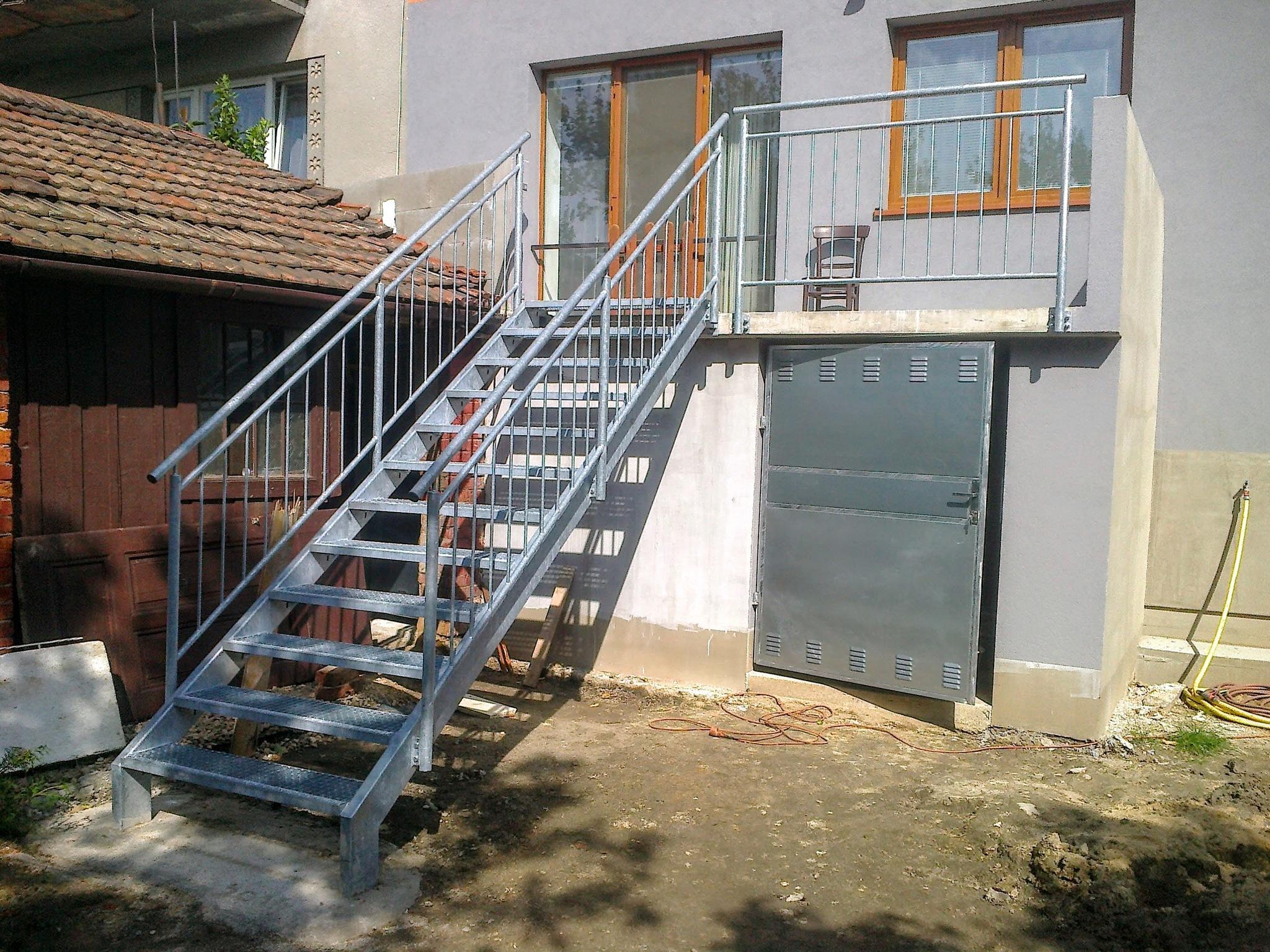 Treppen mit Gittern, Geländern und Türen, feuerverzinktes