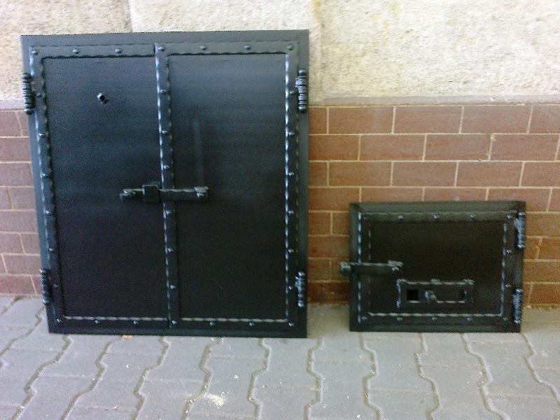 Die Tür zu den Räucherei gefälschten Profilen und schwarz matt.