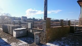 Feld Zaun von Metallprofilen, feuerverzinkt, schwarz matt. und Patina