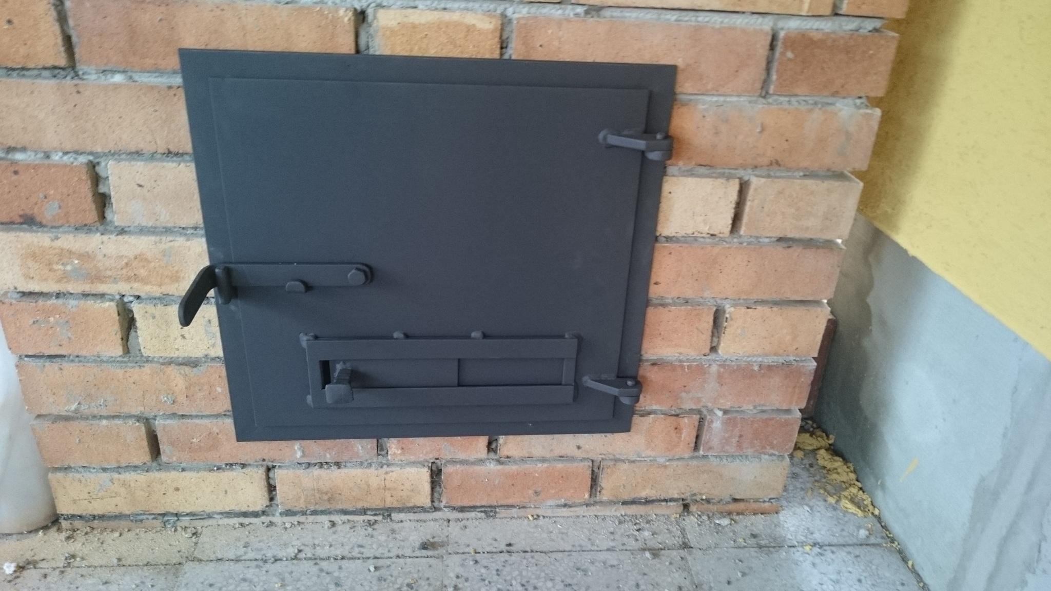 Tür zum Kamin, brennende Farbe