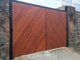 Die Konstruktion des Tores für Holz, Zink und schwarze Matte.