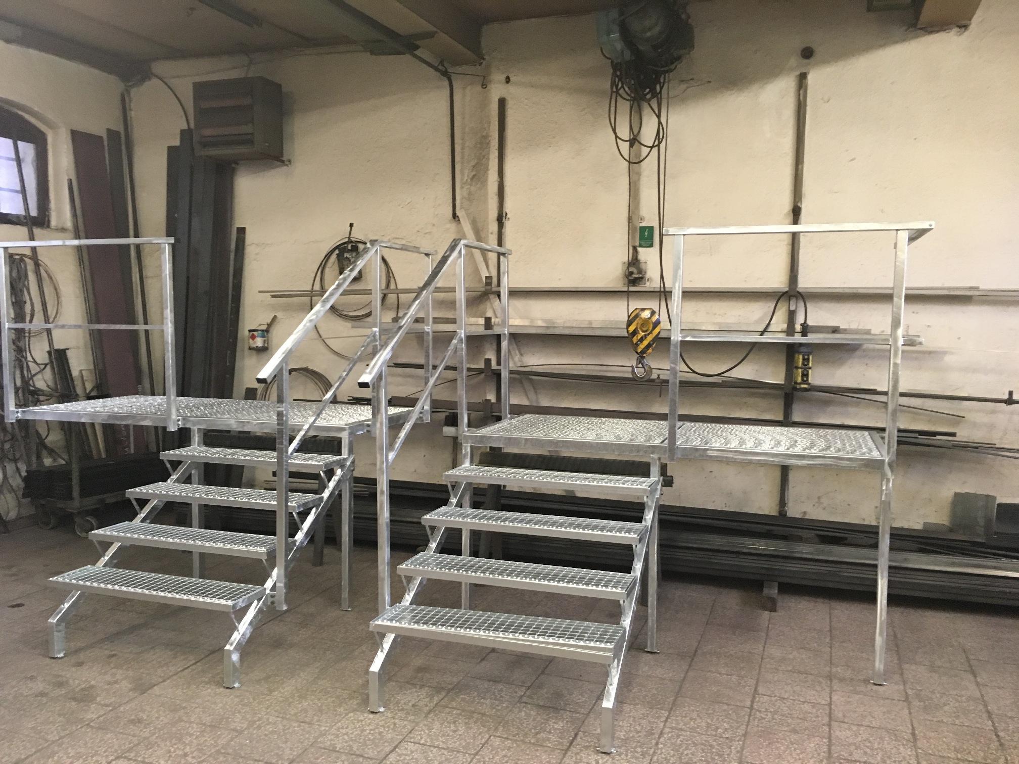 Die Konstruktion der Plattform und Stufen mit Geländer, Gitter, Verzinken