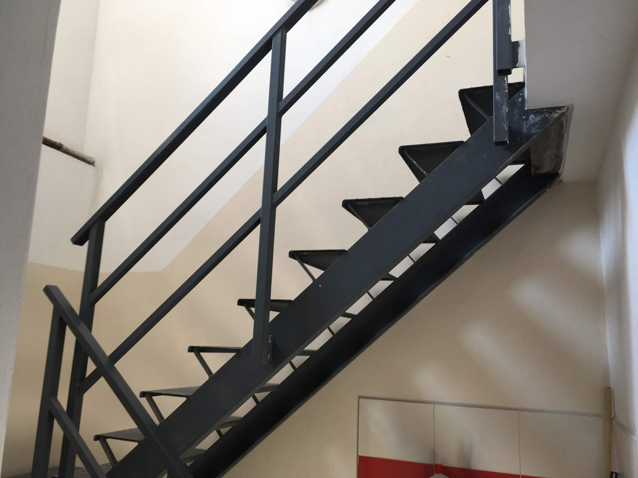 Treppen mit Landung und Geländer, Grundfarbe