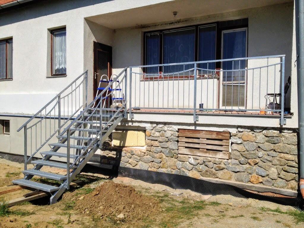 Treppen mit Balken und Geländer, heißes Zink