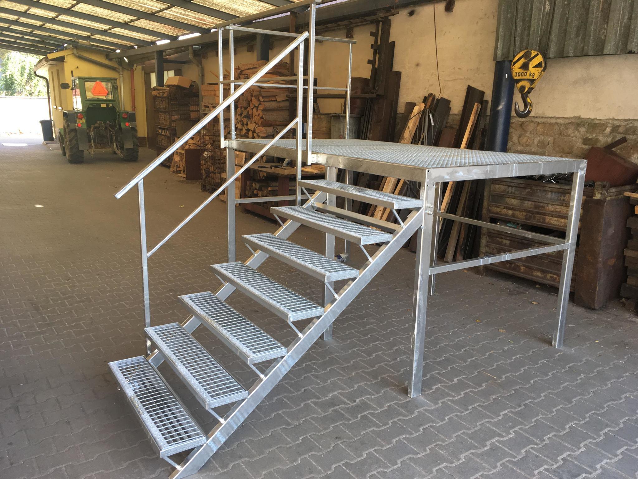 Treppe mit Balken, Podest, Geländer, heißem Zink