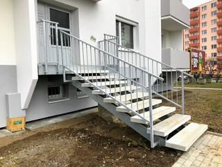 Stahlkonstruktion des Treppenabsatzes, Treppen und Geländer, heißes Zink