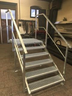 Treppen verzinkt, Konstruktion mit Geländer und Gitterrost