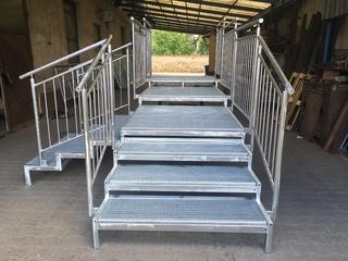Bau von Rampen, Podesten und Treppen mit Gittern und Geländern, Zink