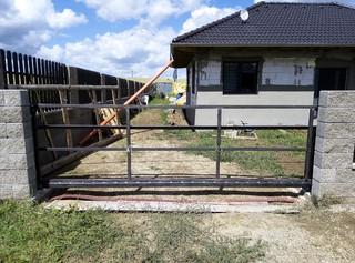 Selbsttragendes Tor, ohne Oberflächenbehandlung, Konstruktion für Holzfüllung