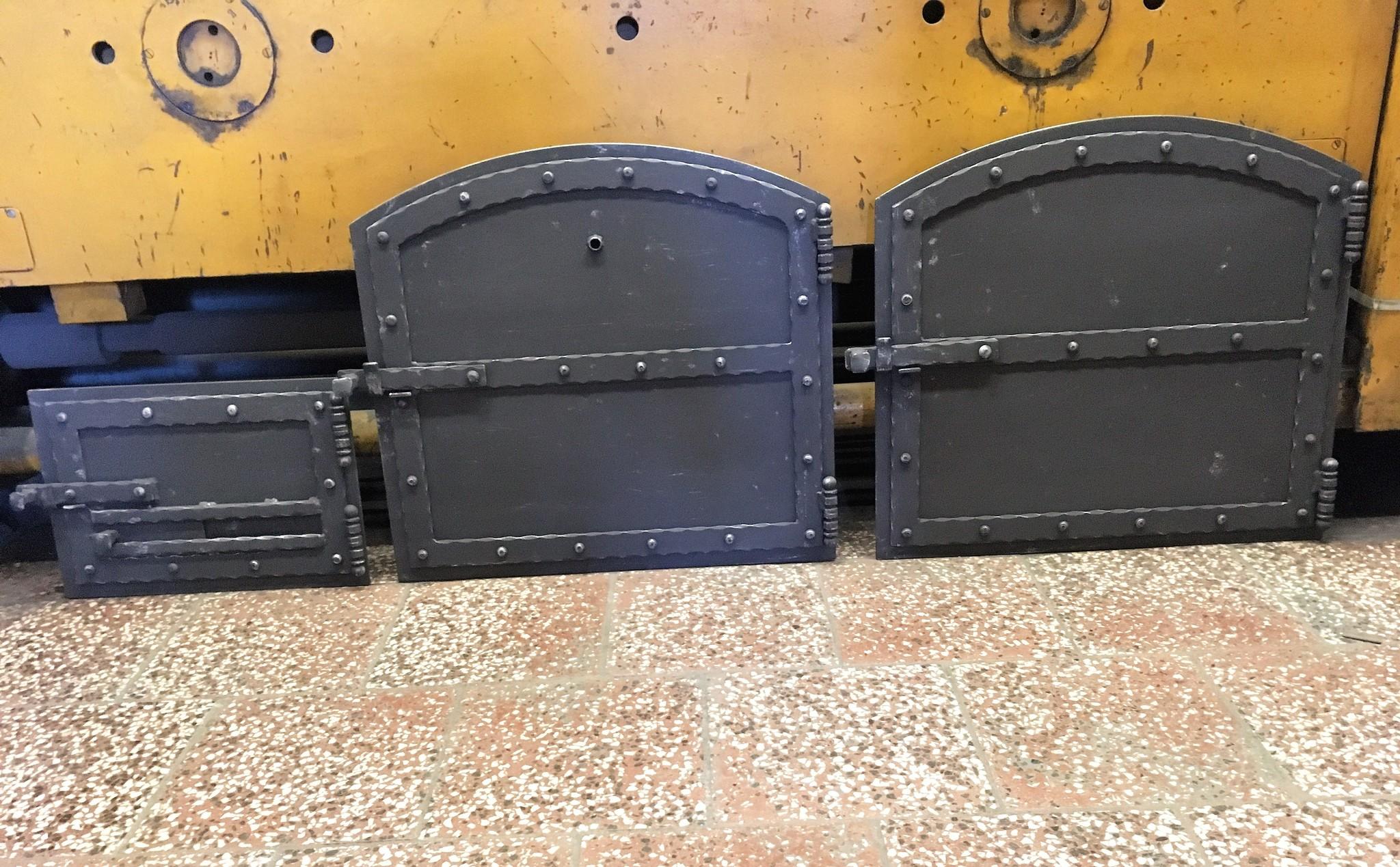 Türen zum Kamin, Kamin und Räucherkammer, hitzebeständige Farbe