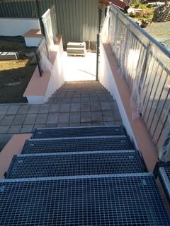 Treppen und Treppenabsätze mit Gittern und Geländern, Zink und schwarzer Matte.