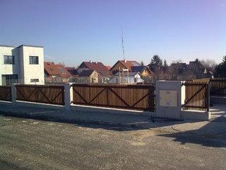 Konstrukce plotu, branky, pozinkované a barva, montáž dřeva Rakousko