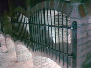 Mříž-dvířka pro vinařský archív