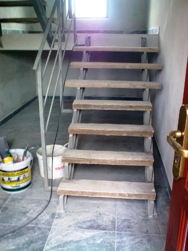 Konstrukce schodů pro dřevo se zábradlím