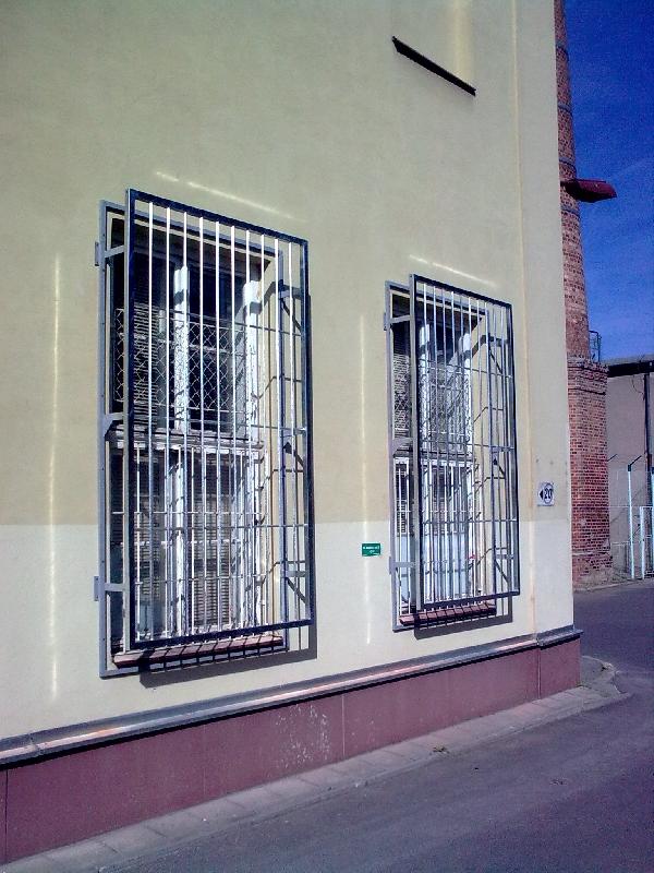 Mříže Černovice před zateplením, žárový zinek