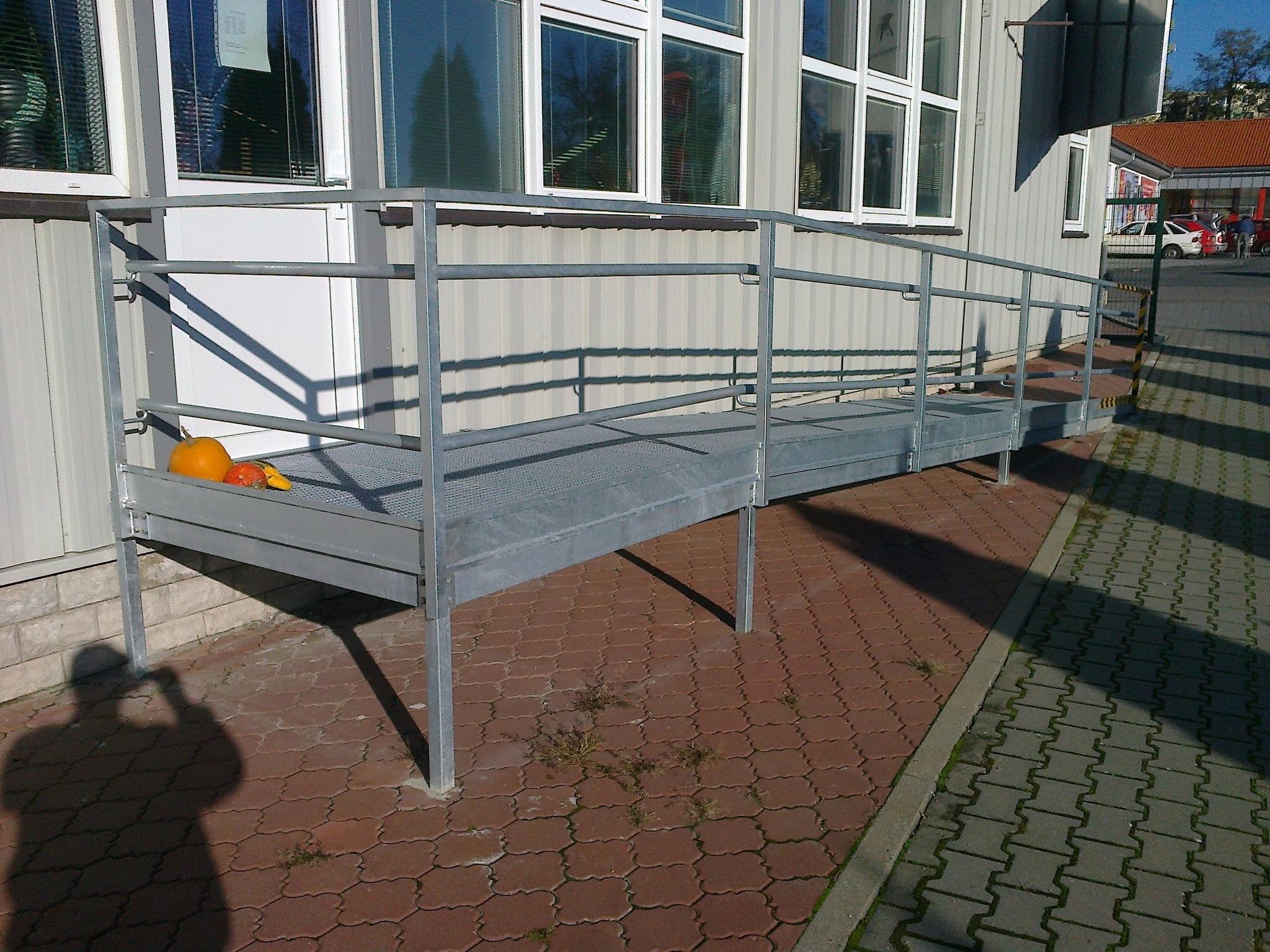 Konstrukce rampy se zábradlím a pororošty, pozinkované