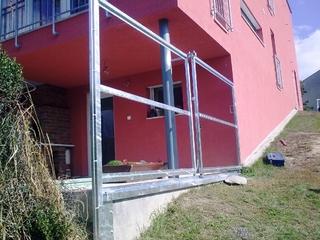 Konstrukce stěny a posuvné brány, pozinkované