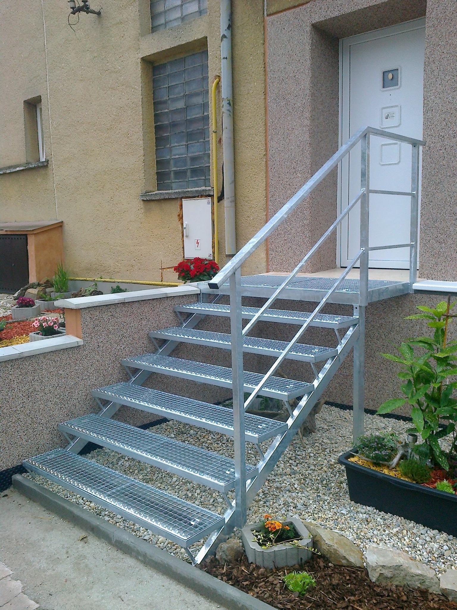 Ocelová konstrukce podesty, schodů a zábradlí a pororošty, pozinkované