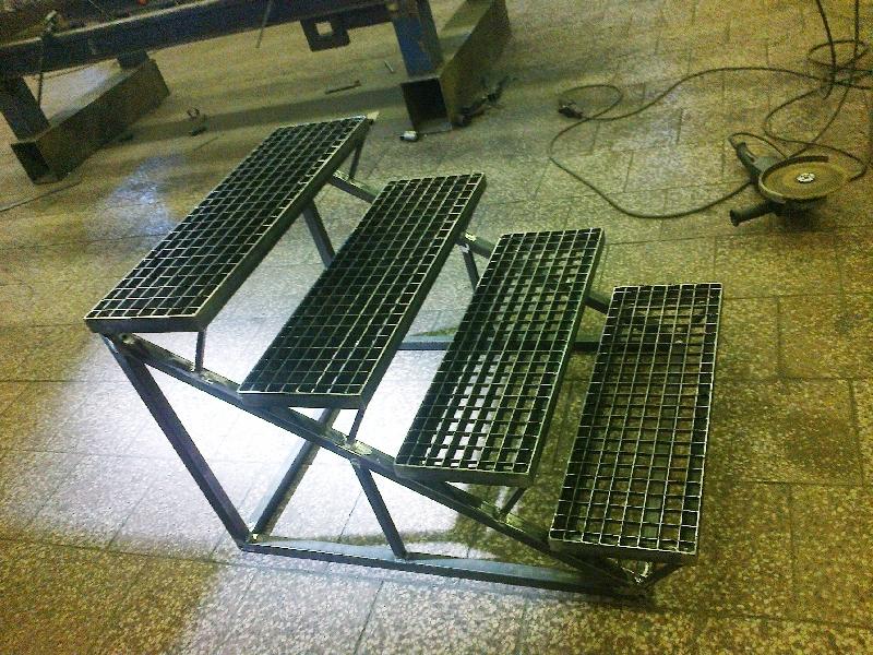 Ocelová konstrukce schodů k rampě s pororošty