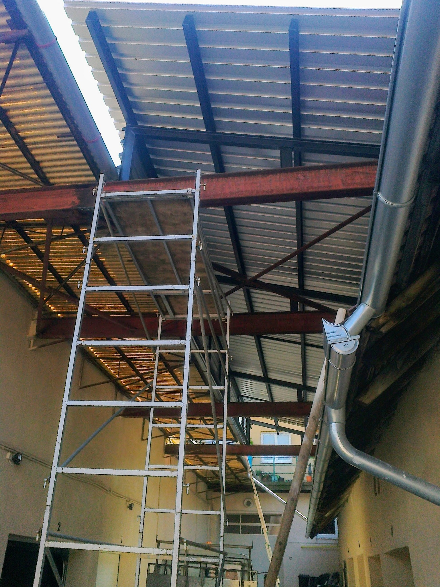 Ocelová konstrukce střechy, černá mat., trapézové plechy