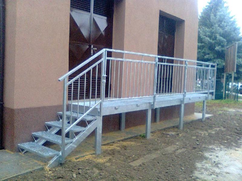 Rampa a schody s pororošty a zábradlím, žárový zinek
