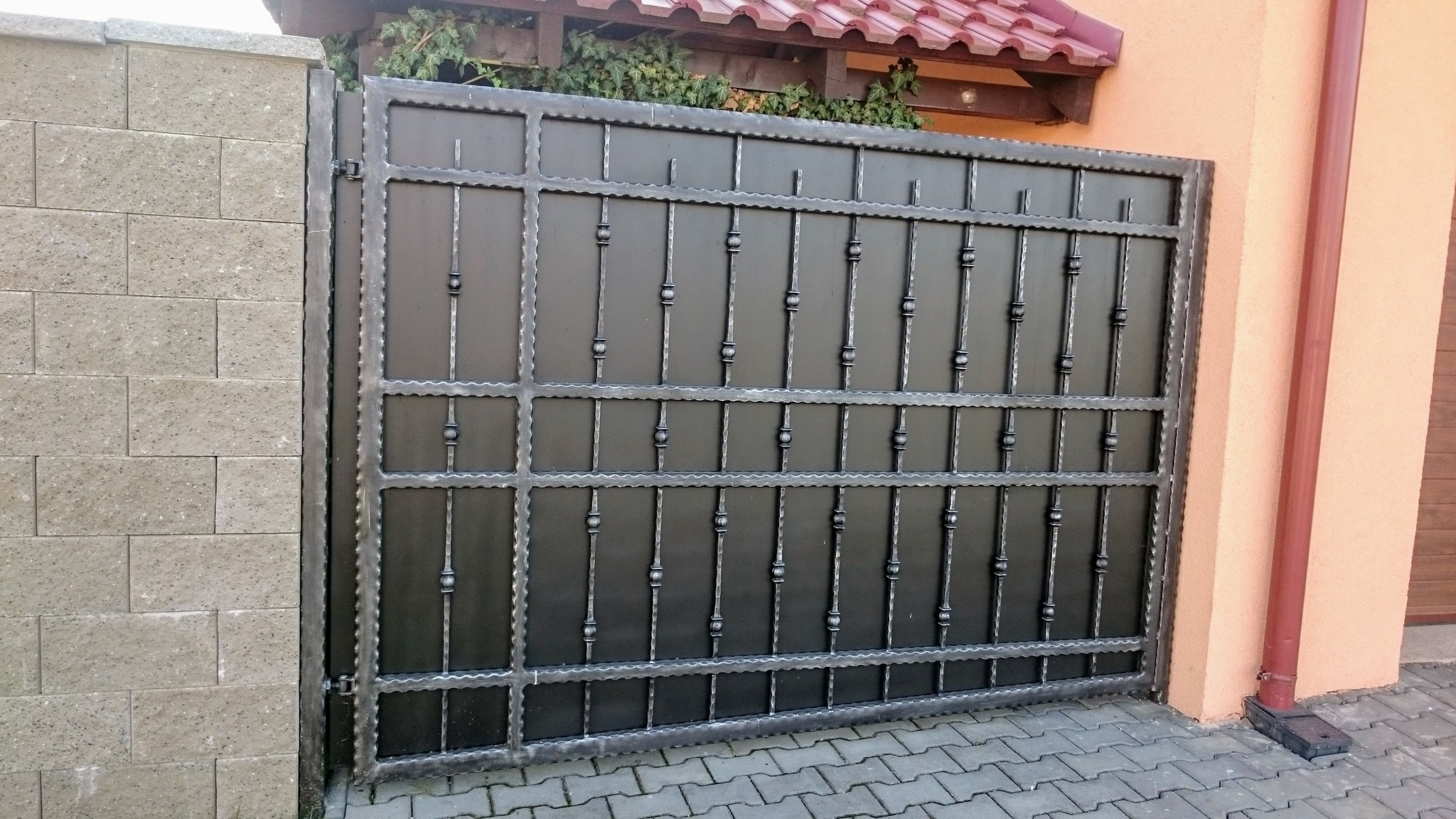 Brána kované profily, žárový zinek, černá mat. a patina