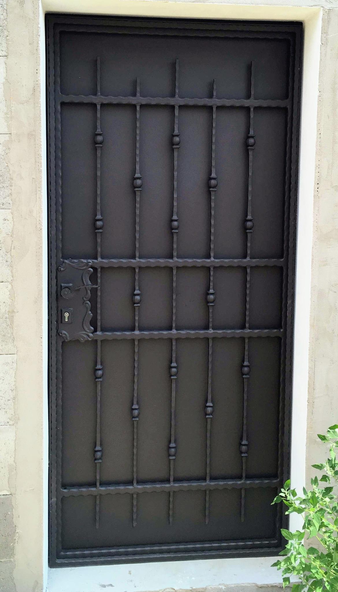 """Dveře """"kované"""" profily, žárový zinek, Zn plech a černá matná barva"""