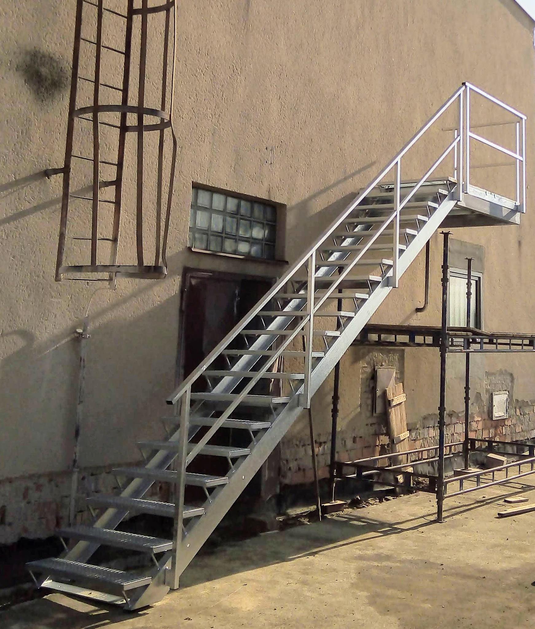 Pozinkované schody s podestou, pororošty a zábradlí