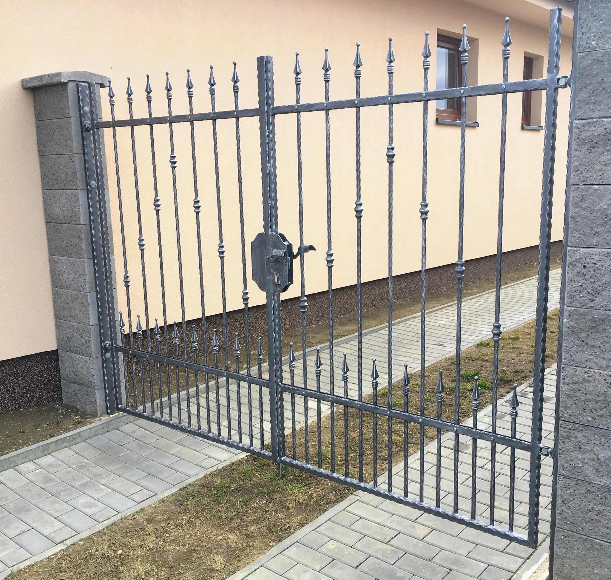 Brána kovaná - ze zdobených profilů, zinek, barva kovářská a patina