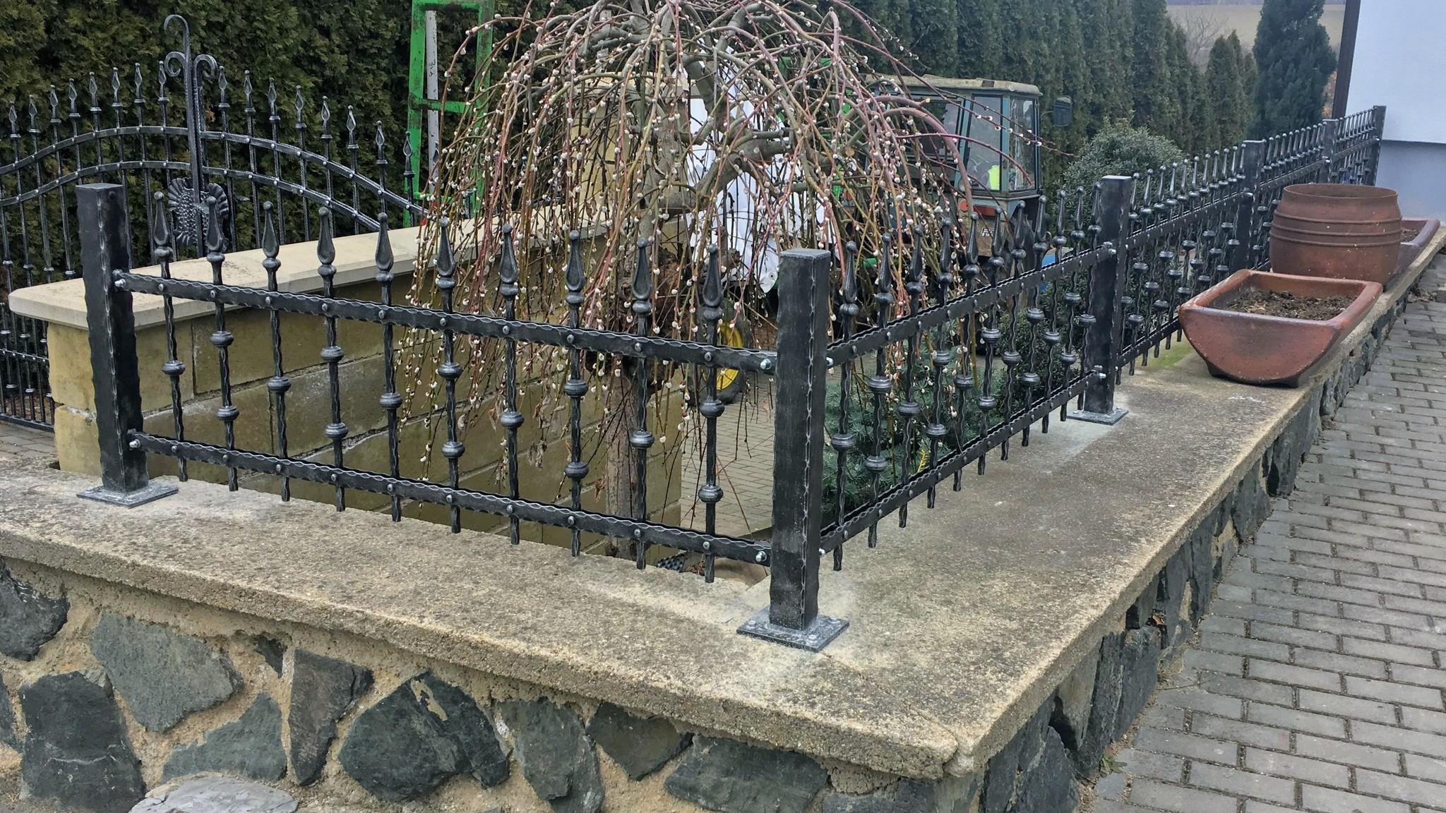 Plotová pole kovaná - ze zdobených profilů, zinek, černá mat a patina