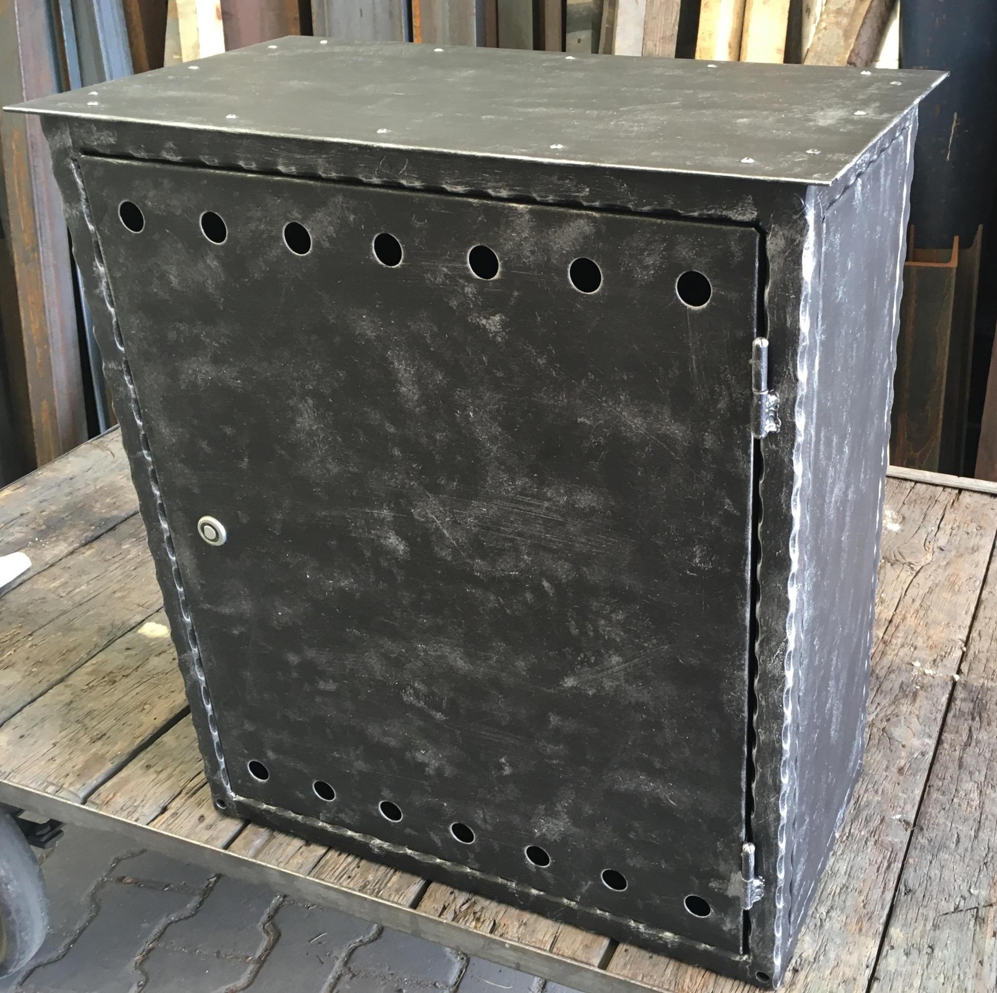 Skříň HUP, zdobené profily, zinek, černá mat. a patina