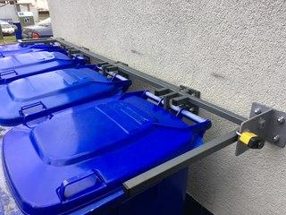 Konstrukce pro zajištění popelnic, barva zinorex