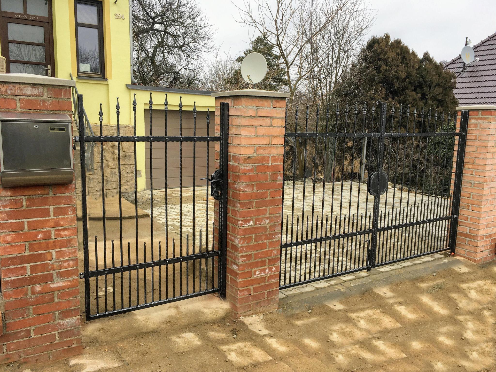 Branka a brána kovaná, zinek, černá mat.barva a patina