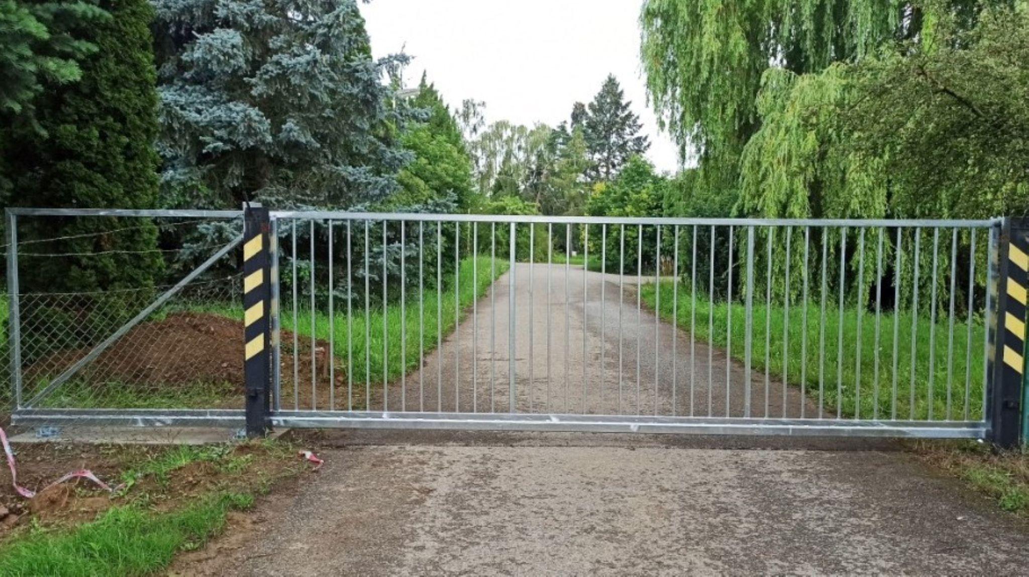 Brána samonosná, žárový zinek. Sloupy stávající