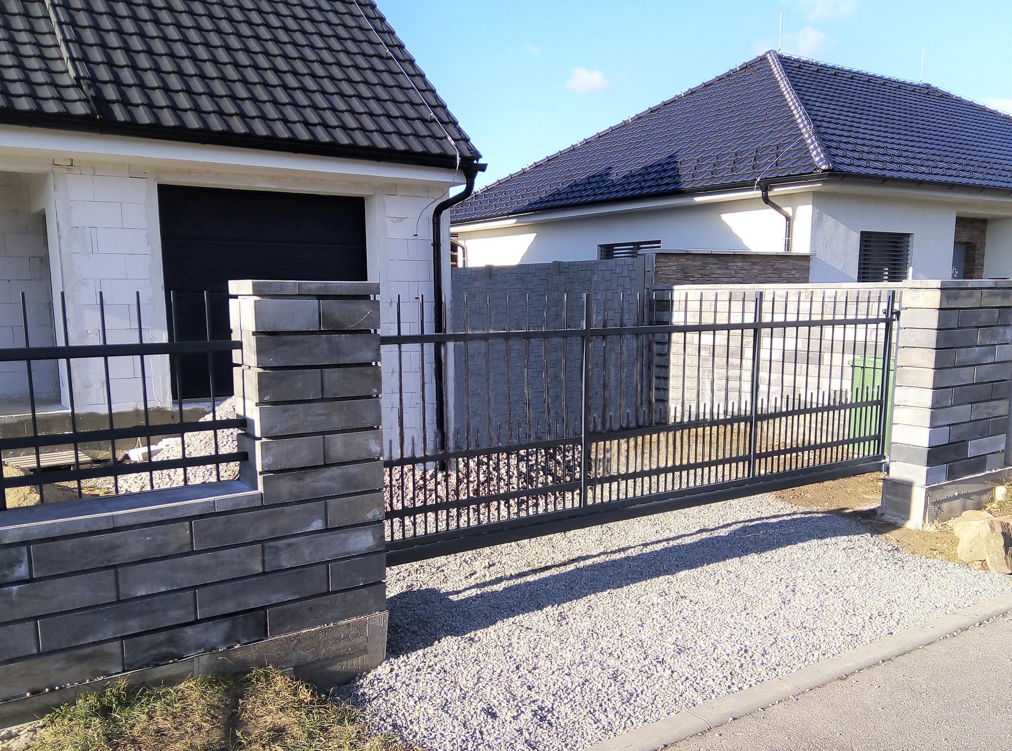 Brána samonosná, žárový zinek a barva